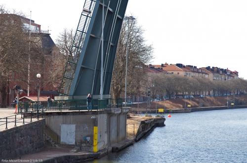 """Första """"shipspottern"""" stog vid klaffbron i Trollhättan."""