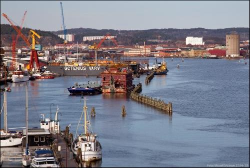 Vy från Göta älvbron, med Karl liggandes förtöjd vid flytdockan.