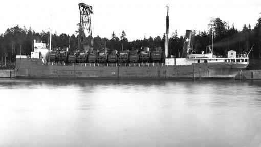 """Fullastad vid """"Rysskajen"""" i Trollhättan. Man fick plats med 11 lok nere i lastrummet och 11 tendrar på däck. Totalt kom S/S NEEBING att transportera 395 lok till Sovjetunionen"""