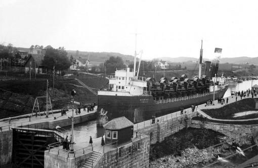 På väg till dåvarande Petrograd i Sovjetunionen, passerar Ströms sluss vid Lilla Edet. 1922 - 24