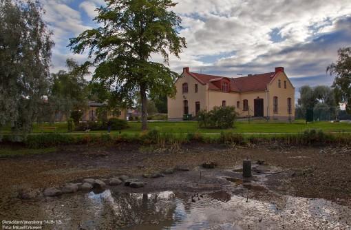 Näckrosdammen och vattenverkets gamla byggnad på Skräcklan
