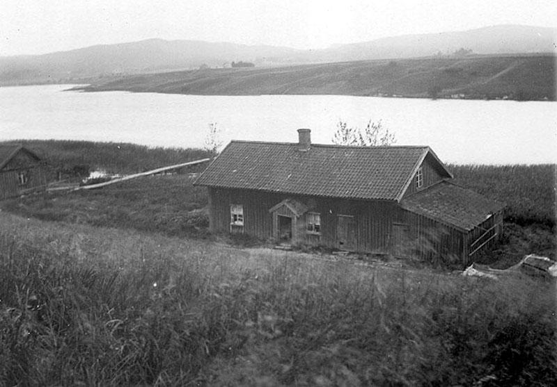 Mineralkällan låg i huset till vänster.  Idag står vattennivån i älven nästan två meter högre. Foto fr. Västarvet
