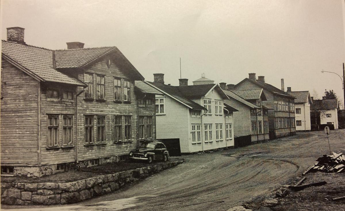 Fabriksgatan innan rivningen i mitten av 1970-talet. Avfotograferad ur publikation. Fotograf okänd