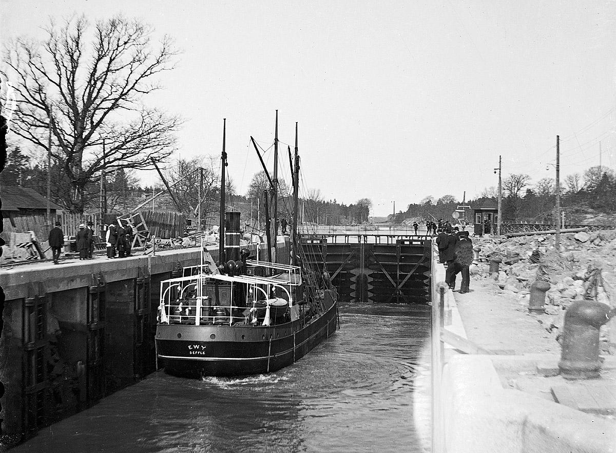 s/s EWY i Brinkebergskulle sluss, sannolikt 1915. Foto: Okänd, ur Vänersborgs museums bildsamlingar