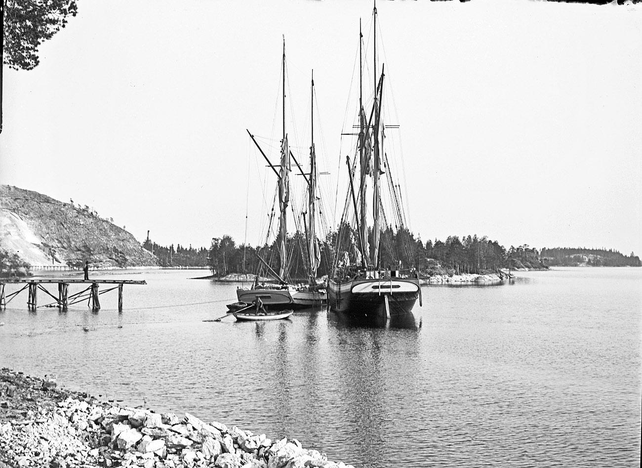 """""""Galeaserna Mina fr. Bromö och Vikingen fr. Harje vid lastageplatsen den 16 maj 1914."""" Foto & bildtext: Herman Ahlin"""
