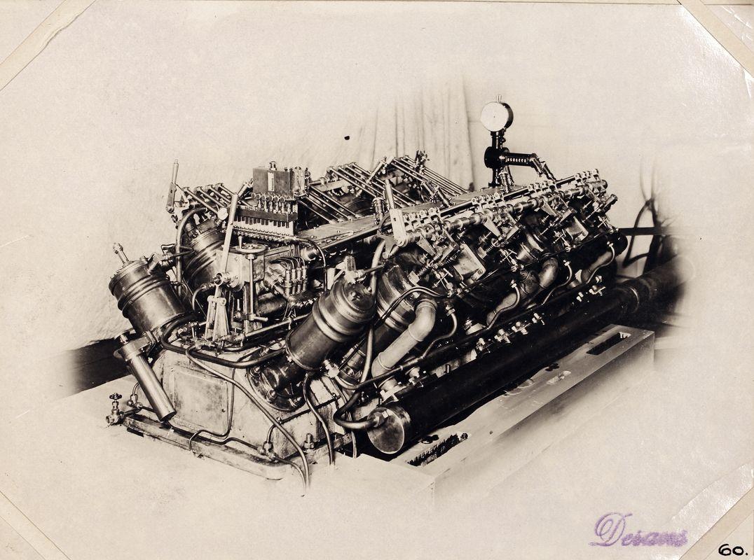 """Världens första V8 diesel byggd på Maskinfabriken Ludwig Nobel i St. Petersburg 1910. Denna 4 takts-motorn gav 200 bhp vid 600 rpm, och var ämnad för Emmanuel Nobels yacht """"Intermezzo"""". Foto ur maskinkonstruktör Oscar Derans album."""