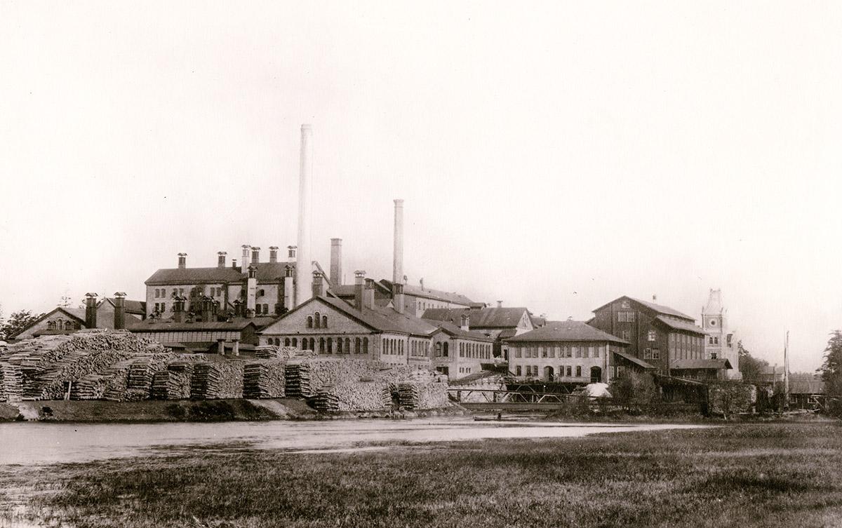 Wargön AB med det första, vattendrivna träsliperiet till höger i bild. Detta blev ersatt 1897. Foto 1888 - 1897.