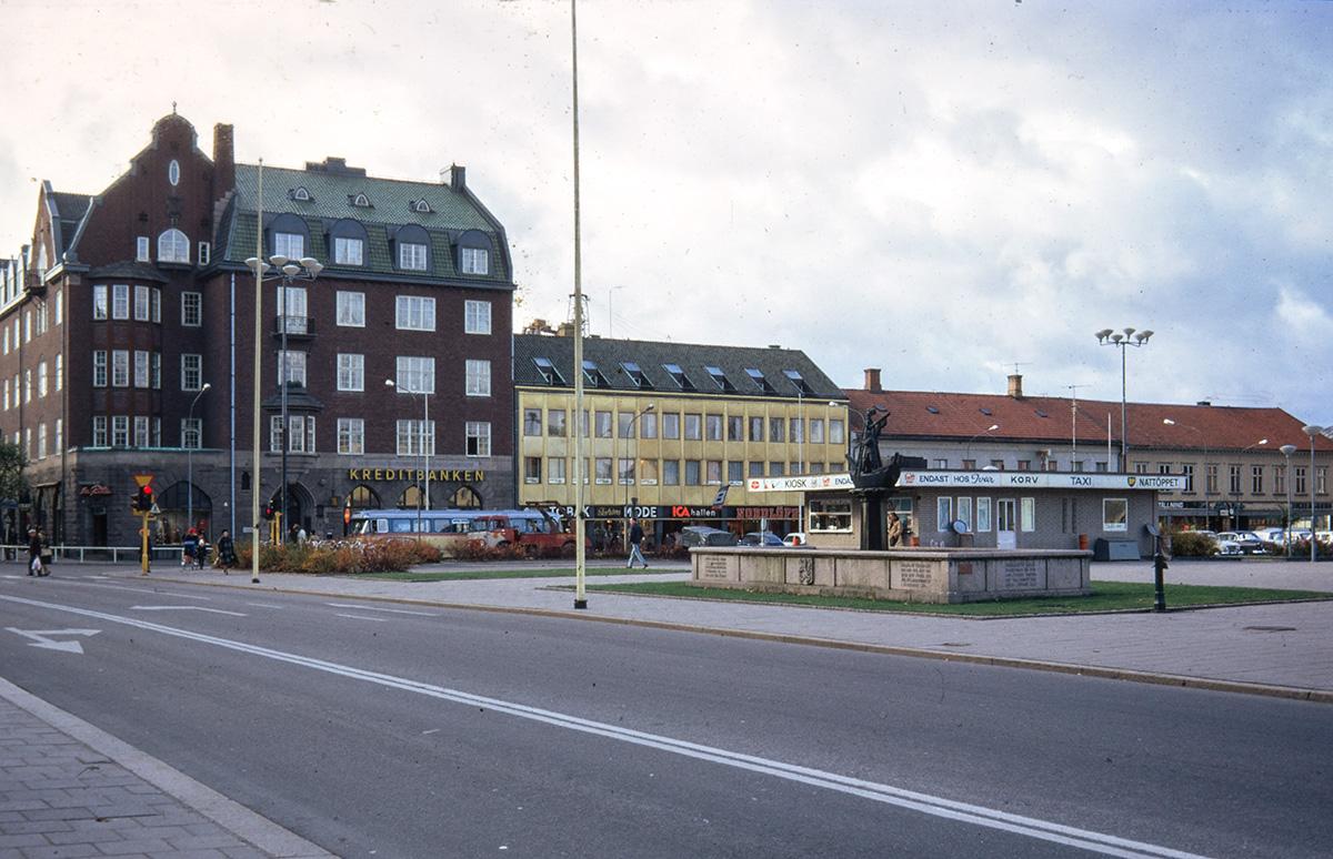 Parti av torget mot Kungsgatan, Vänersborg. Foto: småbildsdia Vänersborgs museum 1972