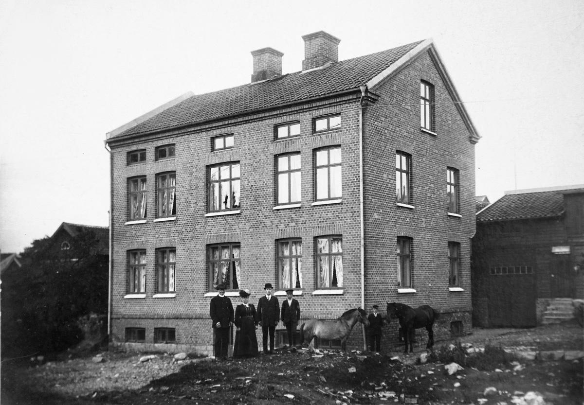 Åkare Öberg med familj framför sitt nybygge på Hamngatan 27, Vänersborg. Foto: Vänersborgs Söners Gille arkiv