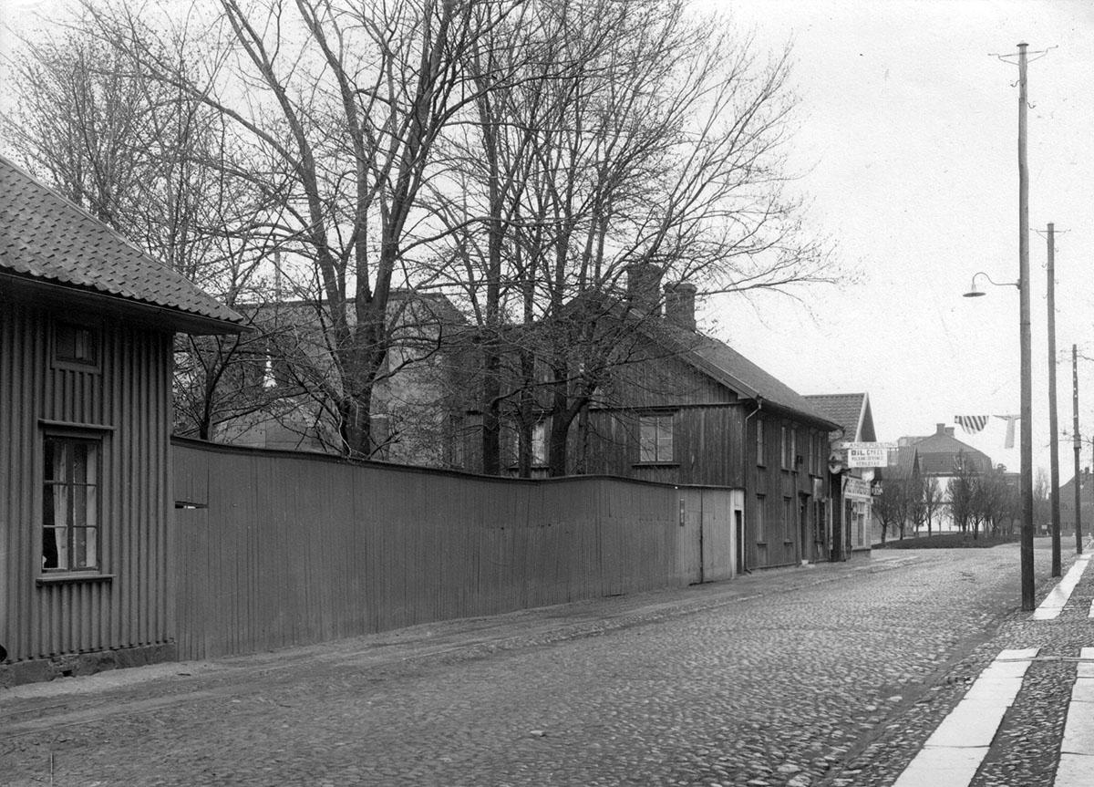 Rådmans plank följt av Hamngatan 6, Vänersborg. Foto: Före 1930, Okänd fotograf / Vänersborgs Söners Gille