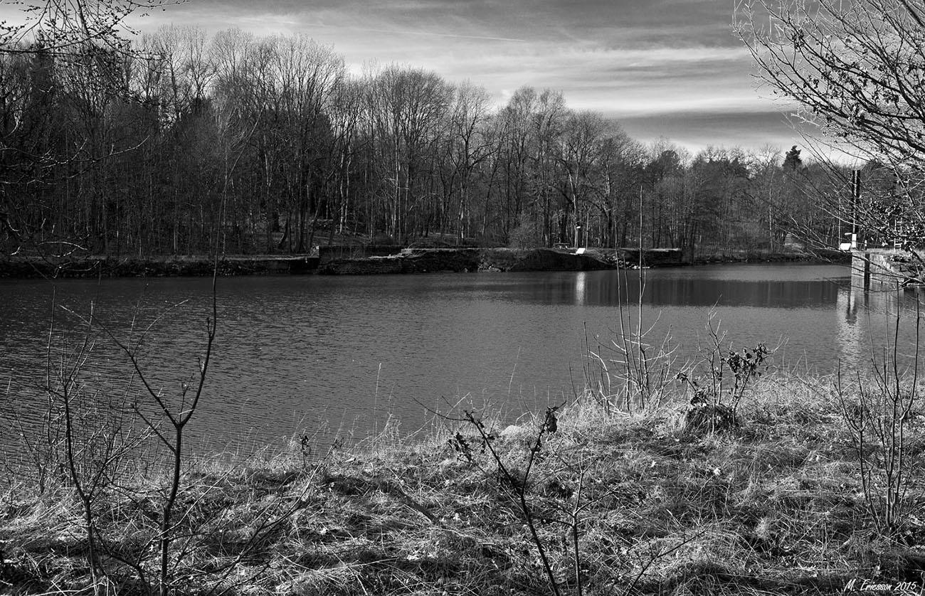 Brinkebergskulle 2015. Resterna av Gustafs slussar tvärs kanalen samt murrest fr. 1840-talets sluss t.h.