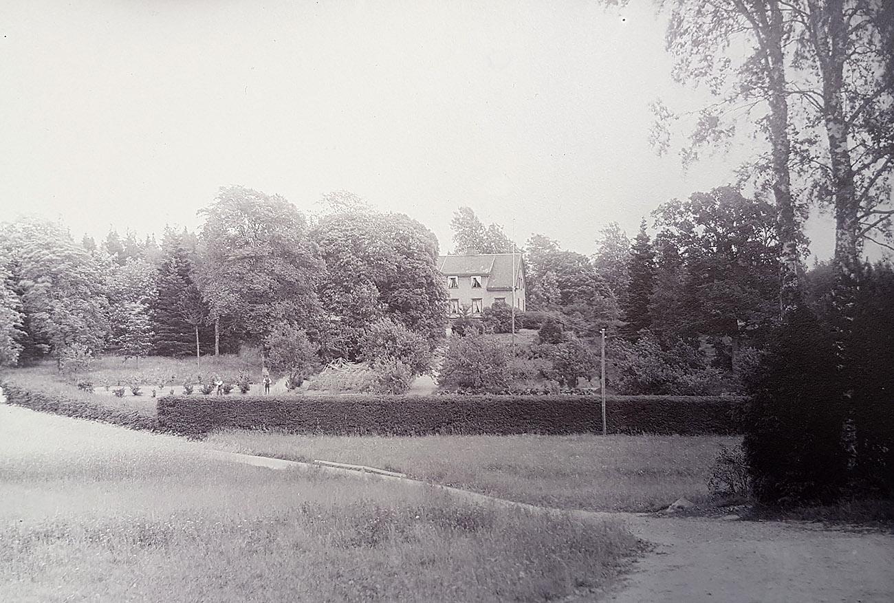 Jägmästarbostället Bergagården på Hunneberg omkring 1910. Foto: Emil Almqvist / Vänersborgs museum