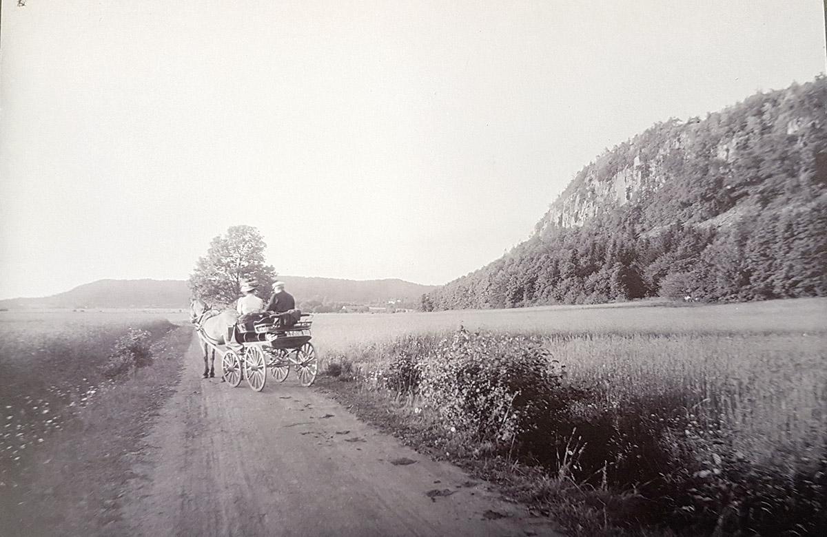 Vänersnäs i närheten av Grytet omkring 1910. Enligt uppgift slaktare Erik Johan Floberg, som skjutsar lärarinnan på Eriksdal skola till Lilleskogs järnvägsstation.  Foto: Emil Almqvist / Vänersborgs museum
