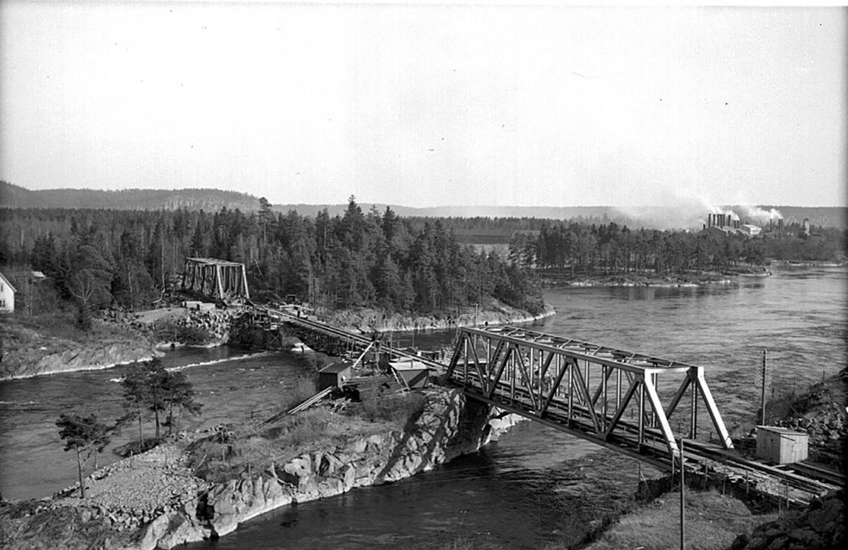 Nya bron på väg att ersätta den gamla. Foto: Okänd 1945