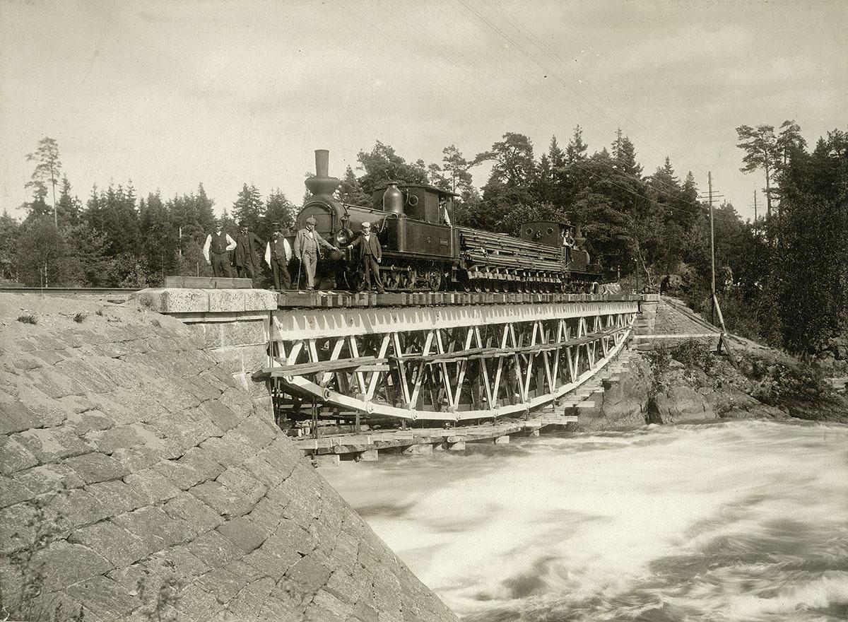 Provbelastning av Stålbron i samband med ombyggnaden från smalspår till normalspår 1898 - 1900. Foto: K & A Vikner, Vänersborg