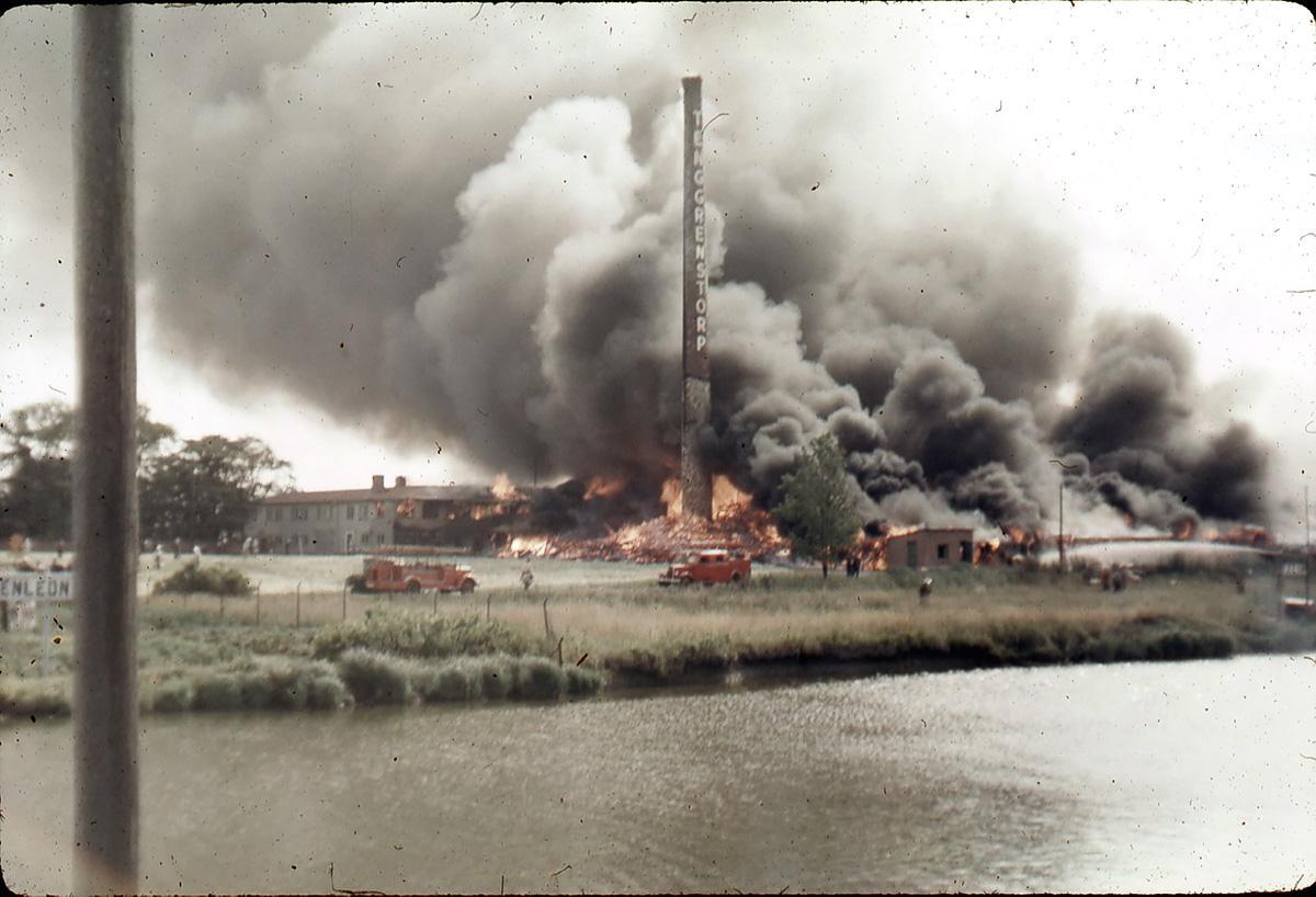Tenggrenstorp tegelbruk brinner ner den 29 juli 1959. Foto: Okänd