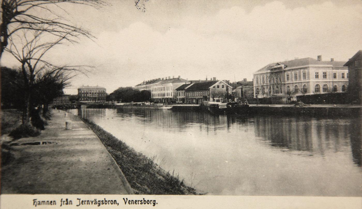 G:a hamnkanalen, Vänersborg. Gissningsvis år 1902, året då riksbankshuset stod klart. Foto ur Vänersborgs Söners Gilles arkiv.