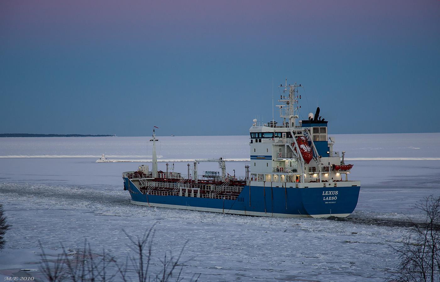 M/T LEXUS på uppgång den 12 december 2010. Tankfartyg på Vänern var på utdöende redan 2010, och idag 2018 närmast något unikt.