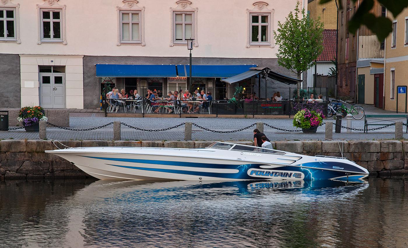 Snabbaste båten på Vänern. Fountain 42 bestyckad med 2 st Mercury racing v8:or, 2000 hk och 100 knop.
