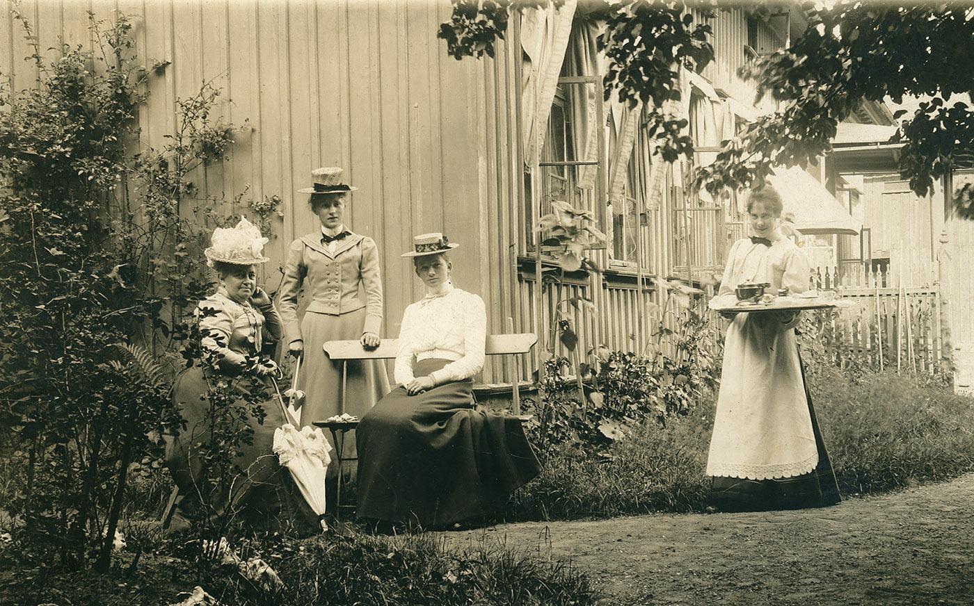 Kaffebrickan kommer! Trädgårdsidyll vid Kronogatan 7 på 1890-talet. Foto ur Emil Berggrens efterlämnade album. Gåva till Vänersborgs museum 1992.