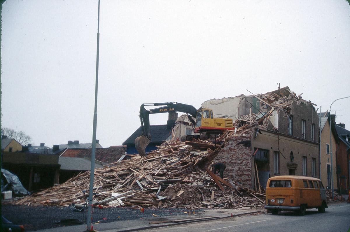 Rivning Kronogatan 7a 1980 - 1983. Foto Sven Arne Fridh / Vänersborgs museum