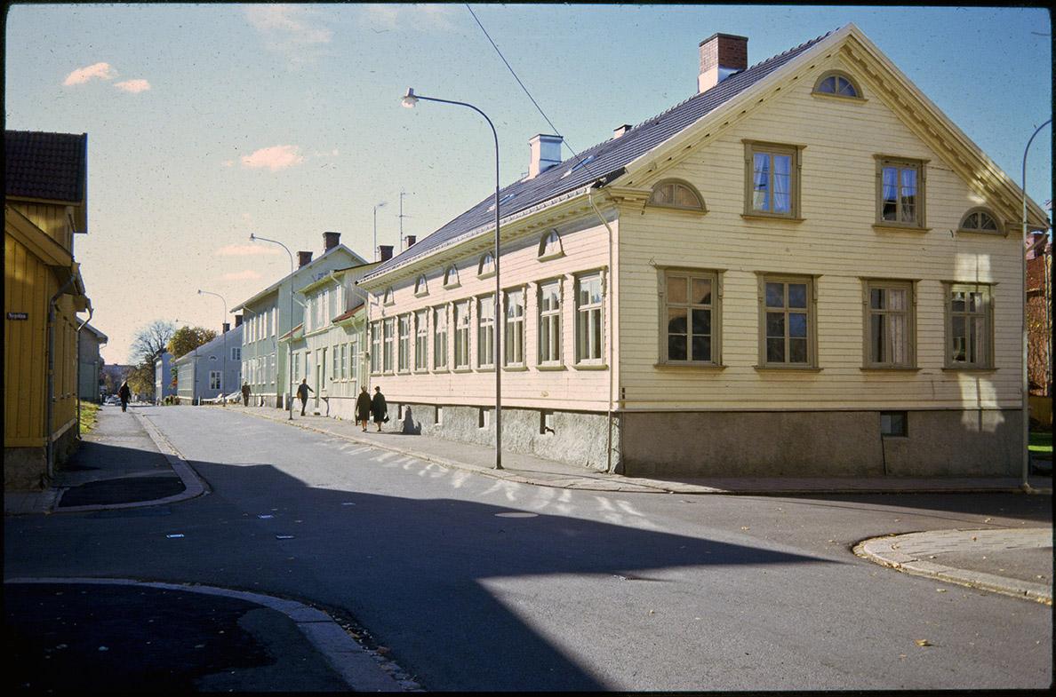 Korsningen Residengatan - Nygatan, med den aktuella fastigheten närmast i bild. Foto: 1972 Vänersborgs museum (DIA00030)
