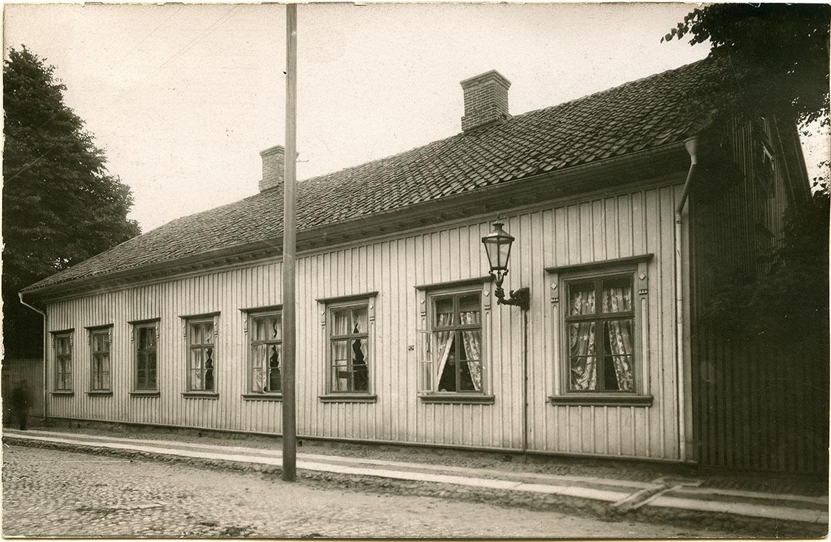 Kronogatan 7 på 1890-talet. Foto ur Emil Berggrens efterlämnade album. Gåva till Vänersborgs museum 1992.