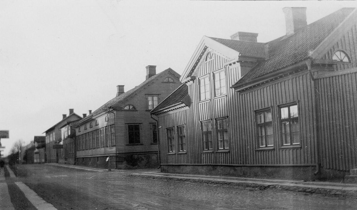 Residensgatan i korsningen med Nygatan. Huset närmast är ev. uppfört av C. J. Andersson liksom det andra som är det aktuella huset. Foto: Okänd / Vänersborgs museum