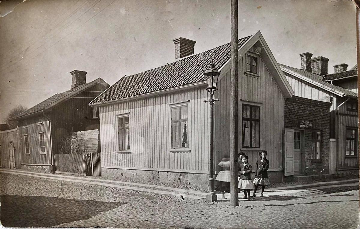Korsningen Nygatan - Kyrkogatan 1900+. Foto genom Helen Floberg Bach