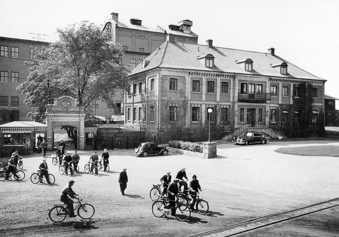 Kontortet förlängdes och fick bättre balans 1942. Detta år togs även bron bort, den sedan tidigare torrlagda vattenfåran fylldes med slagg, Wargön blev landfast.