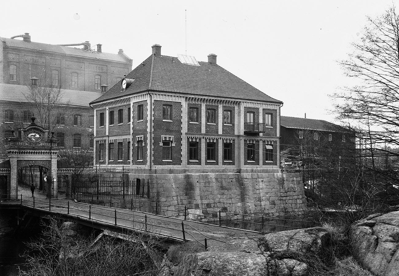 Huset ombyggt kring 1915. Man ser tydligt rester från tornet i byggnadens sydöstra hörn. Sannolikt är hela första våningen den ursrungliga från 1888.