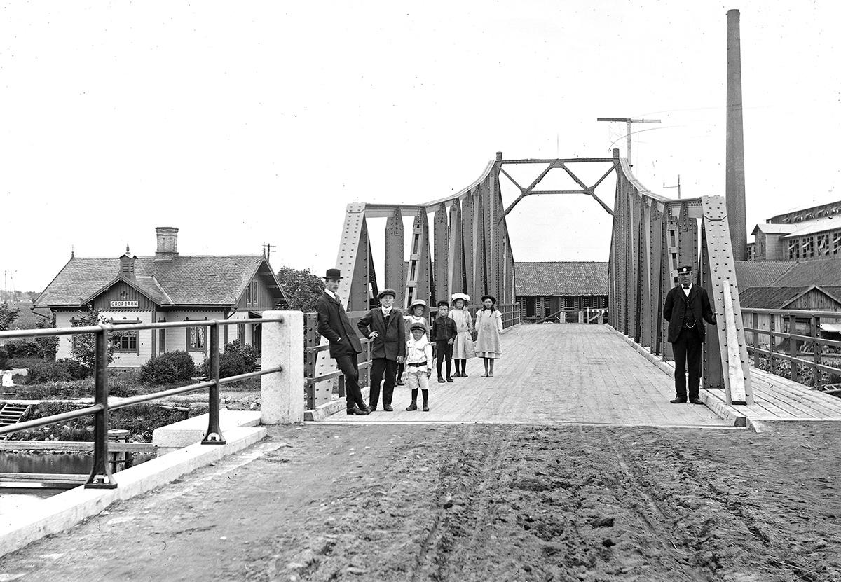 Gropbron med brovaktarhuset omkring 1915. I bakgrunden skymtar Nabbensbergs tegelbruk. Fotograf okänd. (Vänersborgs Söners Gille)
