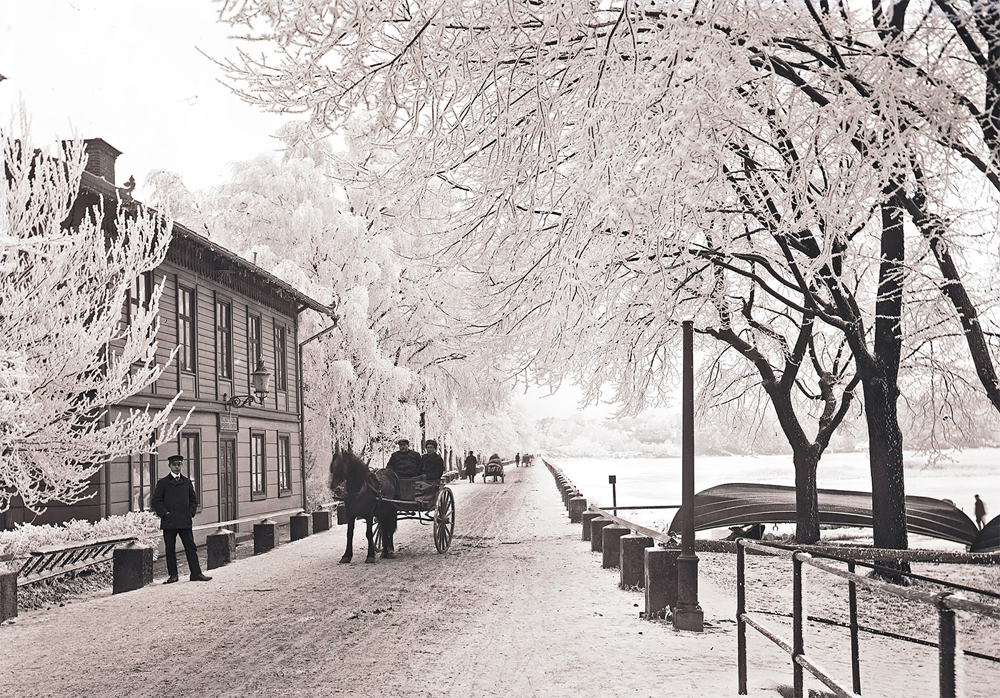 Trollhätte kanals uppbördskontor och Dalbobron. Foto tidigt 1900-tal ur Vänersborgs Söners Gilles arkiv.